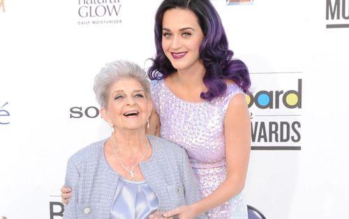 Vừa tiết lộ tin mang thai, Katy Perry đã phải tạm biệt người bà yêu quý nhất!