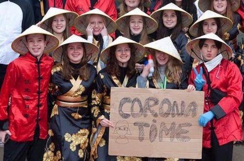 Trường học Bỉ xin lỗi vì bức ảnh đội nón lá, giơ biển trêu chọc