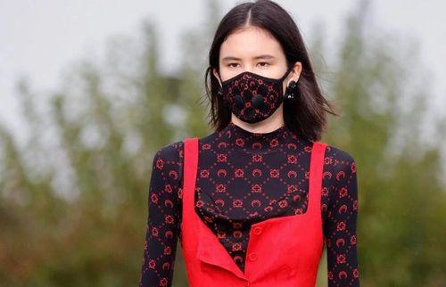Hãng Chanel, Louis Vuitton đã làm gì để sống sót trong mùa dịch?