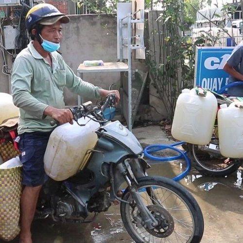 Chính quyền chung tay giải cứu vườn sầu riêng cho nông dân vùng hạn mặn miền Tây