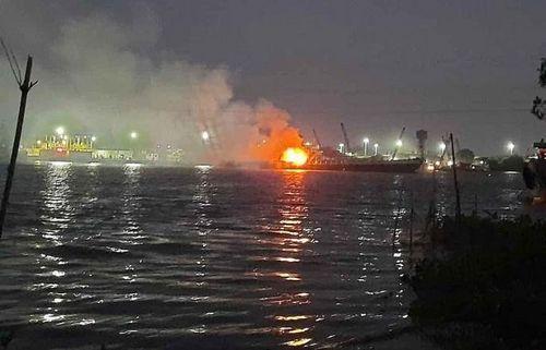 Tàu chở xăng bất ngờ bốc cháy, 2 người chết, 1 người mất tích