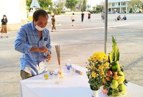 Nghẹn ngào hình ảnh con trai thắp hương cho bố tại bàn thờ lập ở khu cách ly
