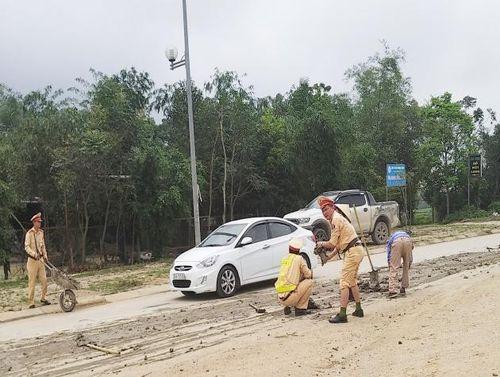 Thanh Hóa: Cảnh sát giao thông thành phố dọn sạch bùn đất do xe tải làm rơi vãi