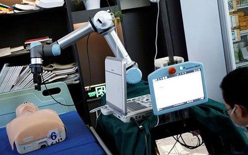 Trung Quốc chế tạo robot giúp các bác sĩ chống dịch Covid-19