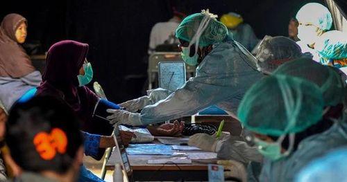 Thiếu thốn vật tư y tế và nhân lực trầm trọng, nhiều y tá Indonesia phải mặc áo mưa hoặc lộn ngược trang phục để sử dụng nhiều lần