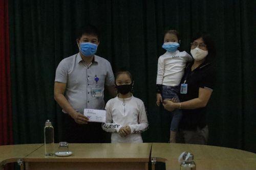 Ấm lòng hai cháu nhỏ đập lợn đất ủng hộ 'Quỹ phòng chống dịch COVID-19'