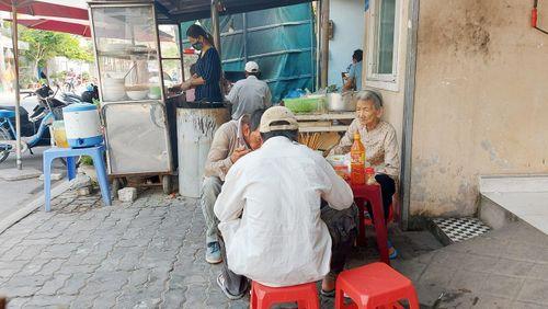 Bất chấp lệnh cấm, nhiều hàng ăn Đà Nẵng vẫn mở cửa