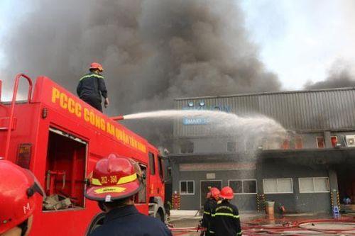 Cháy công ty kho vận, hàng chục tấn hàng hóa bị thiêu rụi