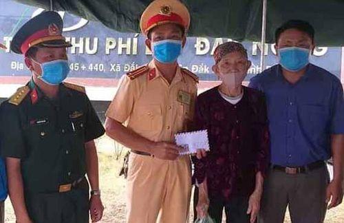 Cụ bà 88 tuổi tặng sữa tươi và 100.000 đồng cho cán bộ phòng dịch