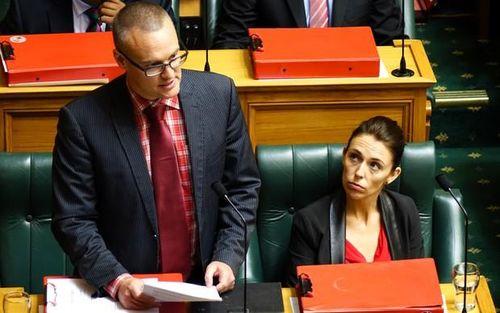 Bộ trưởng Y tế New Zealand xin lỗi vì đi leo núi bất chấp lệnh phong tỏa