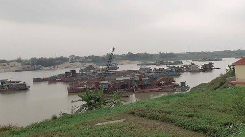 'Cát tặc' phá nát hệ thống kè sông Lô