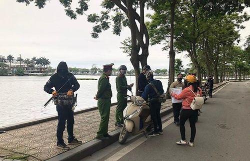 3 trường hợp bị xử phạt về hành vi ra đường không cần thiết ở Hà Nội