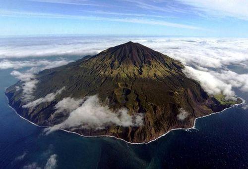 Bí ẩn hòn đảo hẻo lánh nhất thế giới gần như 'cô lập' giữa Đại Tây Dương