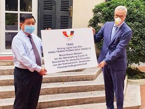 Hội Hữu nghị Việt Nam-Đức trao tặng nước Đức 80.000 khẩu trang