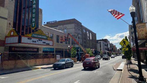 Cùng 1 thị trấn ở Mỹ: Nơi tấp nập kinh doanh, bên đóng cửa im lìm