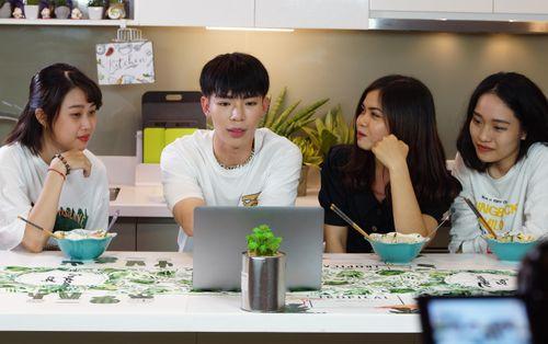 Fan ERIK được 'cưng' tới đâu? Được thần tượng tự tay nấu ăn còn cho xem trước MV chưa phát hành