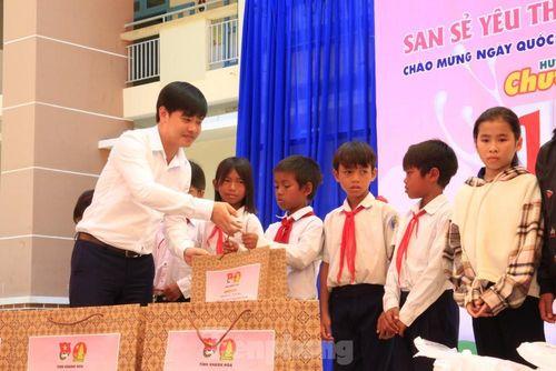 Báo Tiền Phong phối hợp trao tặng 10 máy lọc nước cho trường học vùng sâu Khánh Hòa