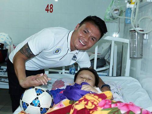 Cầu thủ Việt và tấm lòng với cộng đồng