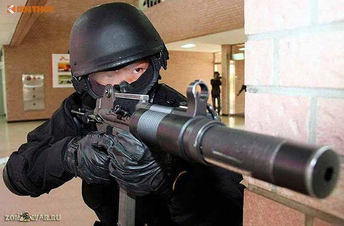 Với việc nòng súng là ống hãm thanh nên rất khó để xác định đó là tiếng súng  khi bắn. Cũng như thiết bị chống chớp sáng khi bắn khiến cho loại ...