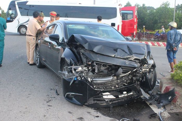 Cận cảnh cú tông mạnh vào xe cứu thương, y tá văng xuống đường 1