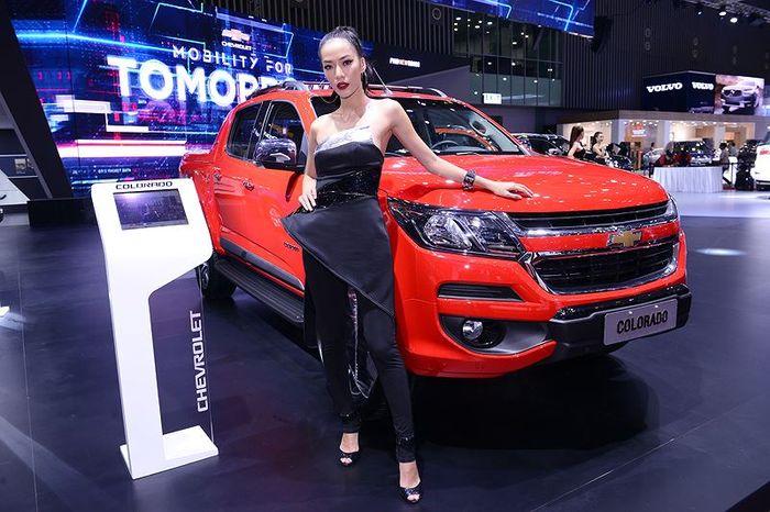 Dàn người mẫu khoe sắc bên xe chevrolet ở VMS 2018