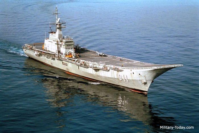Với chiều dài 182 m và lượng giãn nước chỉ 11.500 tấn, Tàu sân bay Chakri Naruebet nhỏ hơn nhiều so với lượng giãn nước 61.000 tấn của tàu Đô đốc Kuznetsov hoặc hơn 100.000 tấn của siêu tàu sân bay Mỹ. Ảnh: Military-Today.