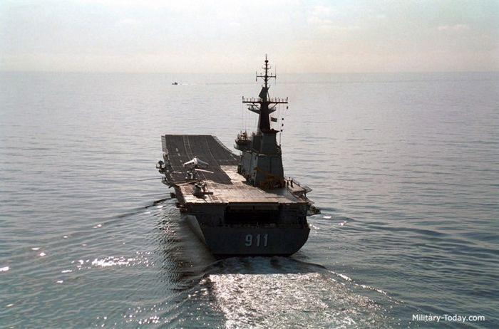 Vào đầu những năm 2000, máy bay chủ lực của không đoàn trên tàu HTMS Chakri Naruebet là những tiêm kích AV-8A do Anh sản xuất. Ảnh: Military-Today.