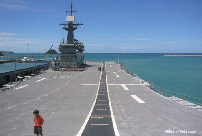 Trong những năm gần đây, con tàu cùng phi đội SH-60 Sea Hawk hiếm khi rời khỏi cảng nước sâu Chak Samet. Ảnh: Military-Today.