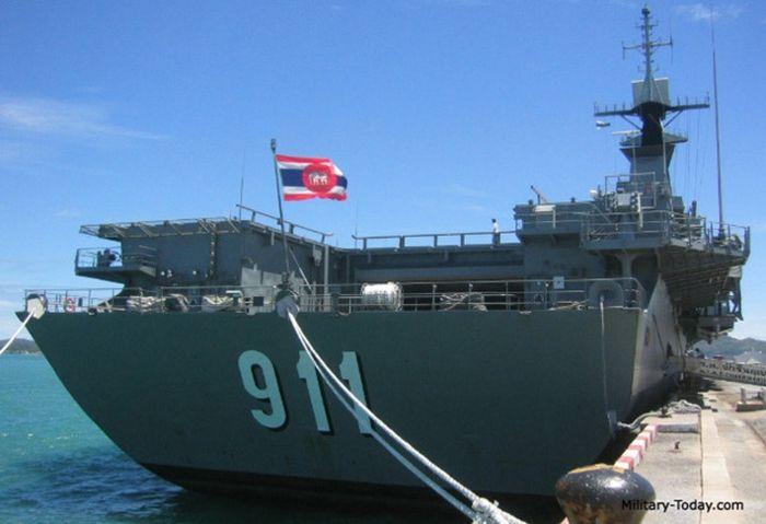 Hiện nay, chiếc HTMS Chakri Naruebet có vai trò giống một tàu sân bay trực thăng, nhưng nó gần như không còn tham gia hoạt động hải quân. Ảnh: Military-Today.