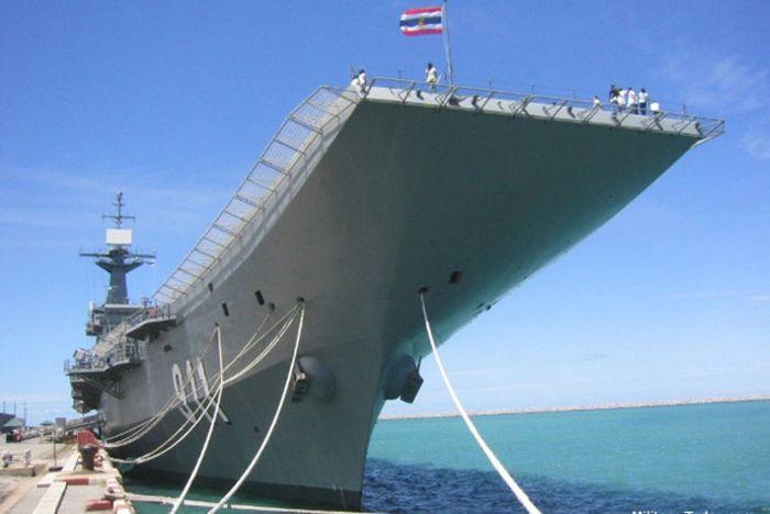 Được hạ thủy vào năm 1996, HTMS Chakri Naruebet có nhiệm vụ tuần tra vùng lãnh hải và đặc quyền kinh tế của Thái Lan, cũng như thực hiện các hoạt động tìm kiếm cứu hộ. Ảnh: Military-Today.