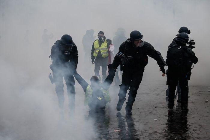 Bạo động vì tăng giá xăng dầu ở Pháp