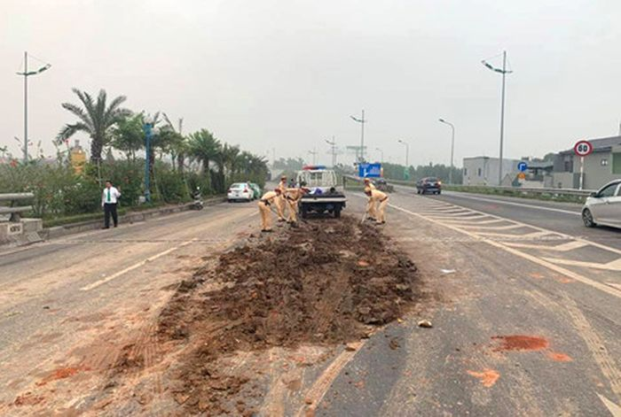 Vụ tai nạn liên hoàn giữa 4 Ôtô: Truy tìm người đổ đất ra đường
