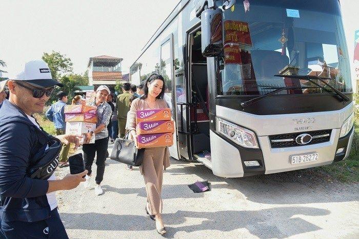 Trịnh Kim Chi tự khuân mỳ tôm đi tặng quà Tết cuối năm