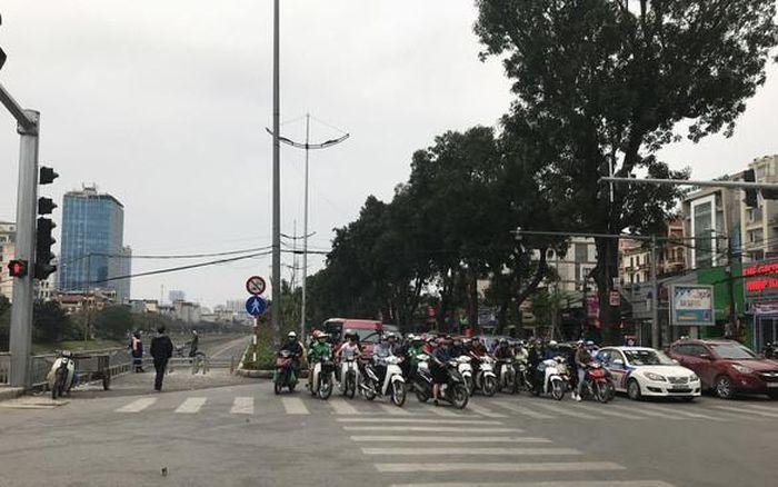 Chống xe máy vào đường người đi bộ, Hà Nội dựng ba lớp rào