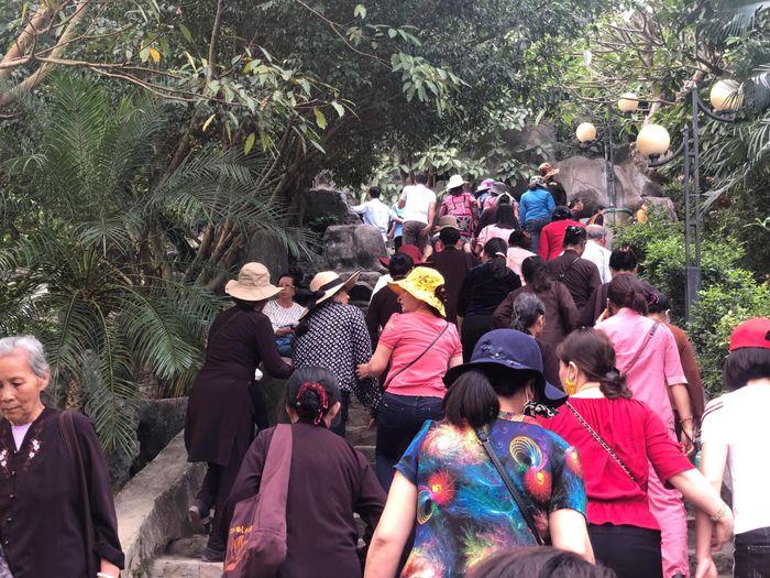 Báo Tiền Phong: Du khách vẫn ùn ùn đổ về Ba Vàng ngày cuối tuần sau 'bão vong báo oán'
