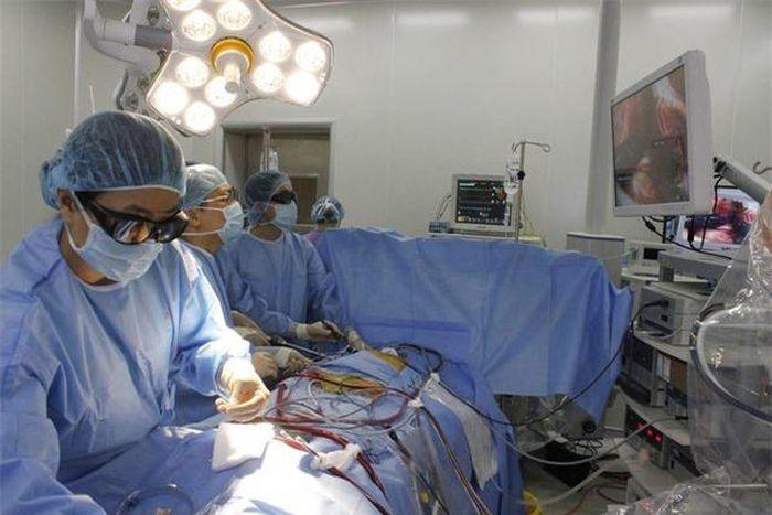 Báo Doanh Nghiệp: Đại phẫu mổ tim với vết mổ chỉ 1,5 cm