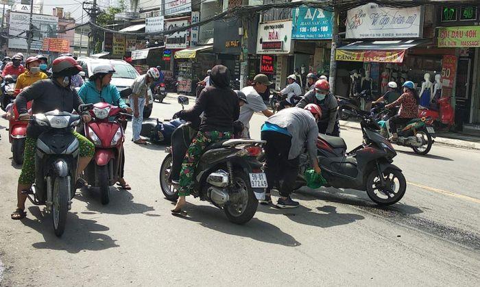Báo Tin Tức TTXVN: Hàng loạt xe máy bị trượt ngã do dầu nhớt đổ trên đường