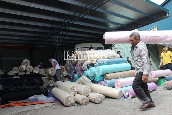 Báo Hải Quan: Phát hiện số lượng lớn vải nguyên liệu 'đội lốt' hàng phế phẩm