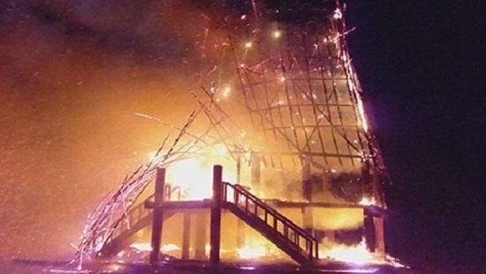 Báo Công Lý: Nhà rông truyền thống bị sét đánh cháy