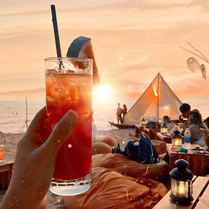 Vì là beach bar, menu đồ uống của quán có đầy đủ các loại nước ép, cocktail, rượu, bia và cà phê cho bạn thưởng thức trong lúc thư giãn bên bãi biển. Nơi đây cũng có các món ăn vặt và ăn chính, đủ để bạn thưởng thức một bữa tối hoành tráng trong không gian biển xanh dịu mát. Ảnh: emmy.her.shelf, nhimsoc13a.