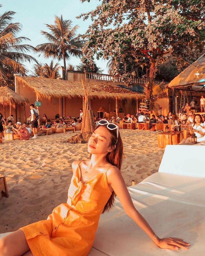 Bạn sẽ được thoải nằm dài trên những chiếc ghế lười đặt trên bãi cát, nghe nhạc và thưởng thức đồ ăn, thức uống trong lúc chờ đợi khoảnh khắc mặt trời lặn. Cách thiết kế phong cảnh, phối hợp màu sắc của quán cộng với ánh nắng chiều tà dịu dàng sẽ giúp bạn có những tấm ảnh
