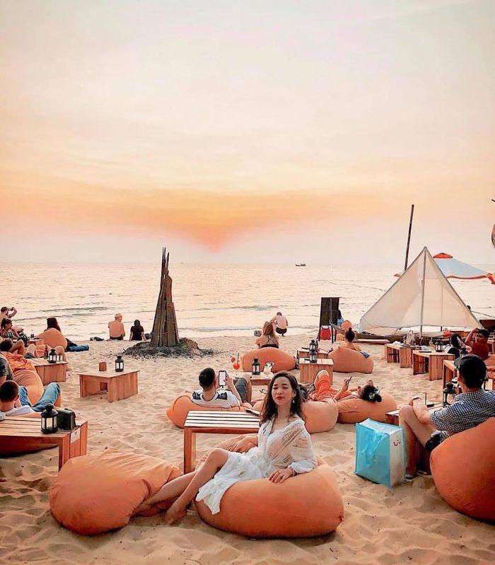 Phú Quốc (Kiên Giang), hay còn gọi là Đảo Ngọc, gần đây đang được đầu tư phát triển dịch vụ du lịch và ngày càng trở thành một điểm du lịch sành điệu dành cho giới trẻ. Ocsen Beach Bar & Club là một trong những điểm đến đang rất hot của du khách vào thời điểm chiều tối. Ảnh: hoaianh0803, ocsenbeachbar.