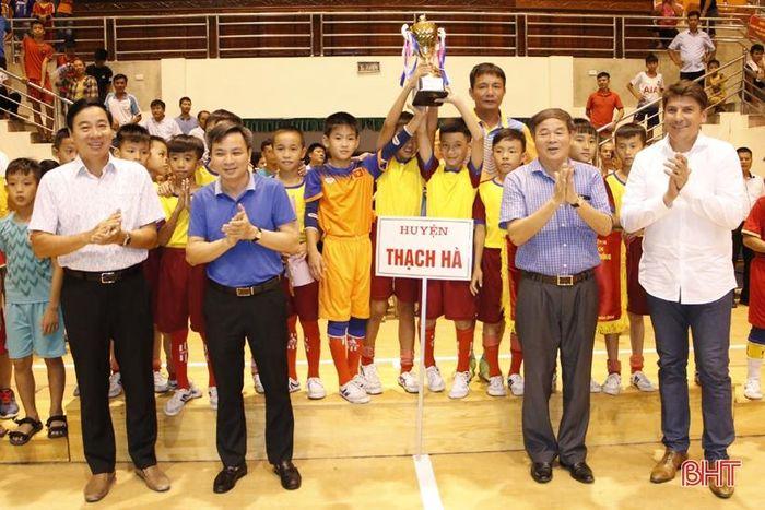 Đội bóngThiếu niên TX Hồng Lĩnh và  đội bóng Nhi đồng huyện Thạch Hà giành ngôi quán quân Giải bóng đá TN-NĐ toàn tỉnh