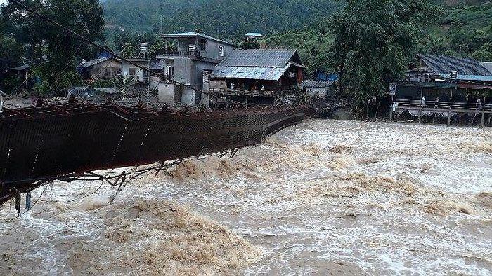 Báo Tiền Phong: Lũ ầm ầm kéo về Sa Pa, cuốn trôi ô tô, làm sập cầu treo