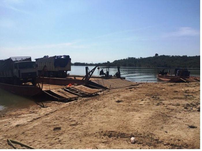 Báo Đại Đoàn Kết: Kon Tum: Phà chở ô tô gỗ bị lật trên sông Sê San, một người tử vong