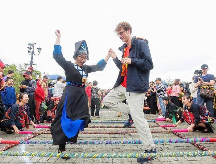 Du khách nước ngoài thích thú khi được trải nghiệm với điệu múa sạp