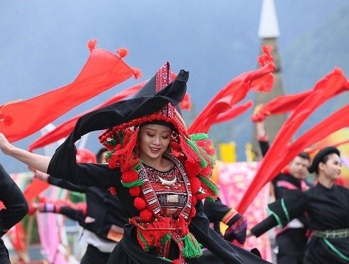 Thiếu nữ dân tộc Dao xinh đẹp với điệu múa truyền thống