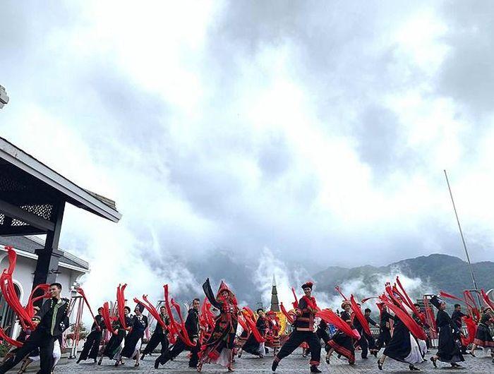 """""""Vũ điệu trên mây"""" độc đáo ngay từ sân khấu biểu diễn, khu vực diễn ra là nơi kết thúc của hành trình du ngoạn băng qua thung lũng Mường Hoa và núi rừng Hoàng Liên Sơn bằng cáp treo"""
