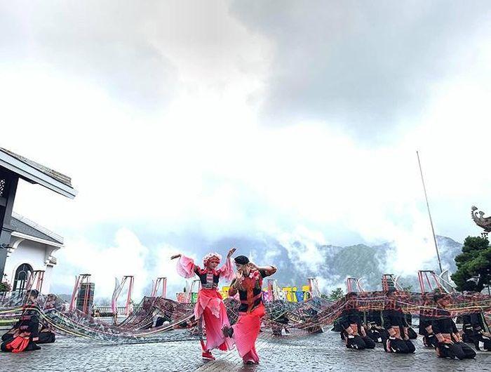 """""""Vũ điệu trên mây"""" là một show nghệ thuật quy mô và độc đáo được tổ chức trên đỉnh núi Fansipan, nơi được mệnh danh là """"Nóc nhà Đông Dương"""""""