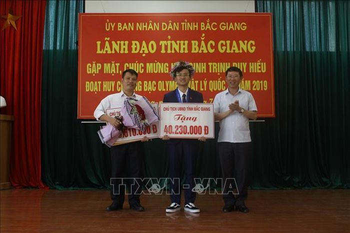 Báo Tin Tức TTXVN: Cậu học trò hai lần giành Huy chương Olympic Vật lý quốc tế